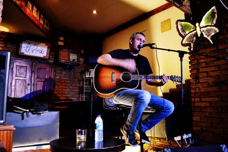 Rafa Pons durante un momento del concierto en El  Volander. Foto: Lorena Riestra.