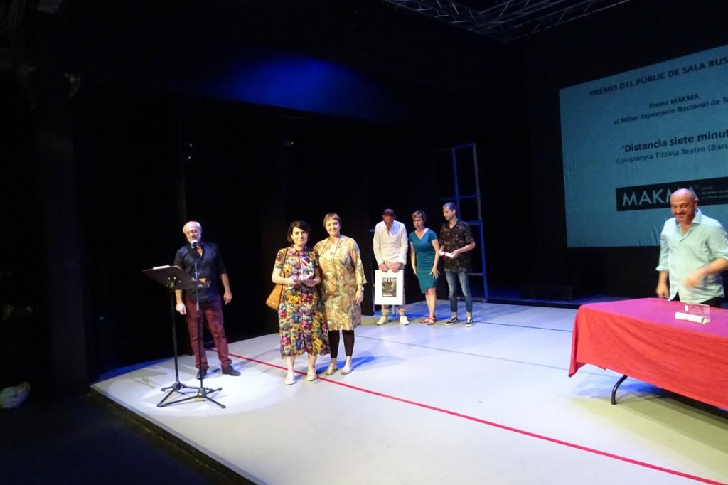 Merche Medina, de la revista MAKMA, entre el Premi Makma al Millor Espectacle Nacional de Teatre a 'Distancia siete minutos', de la compañía catalana Titzina Teatro. Fotografía cortesía de Sala Russafa.
