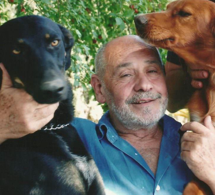 Quique Belloch con sus perros. Imagen cortesía del autor.