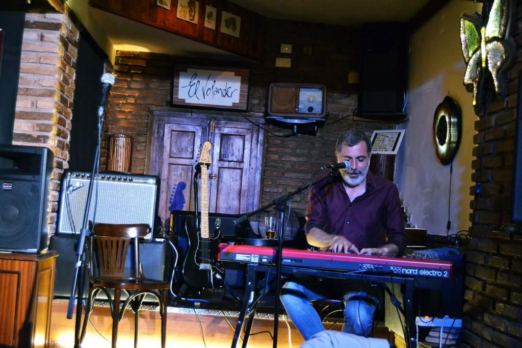 César Pop en Café El Volander. Foto: Lorena Riestra