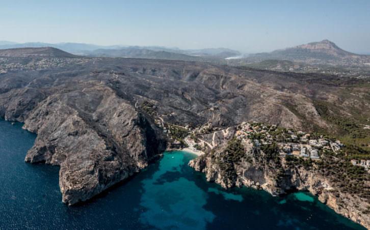 Vistas aéreas del incendio de Benitatxell. Imagen cortesía Levante emv.
