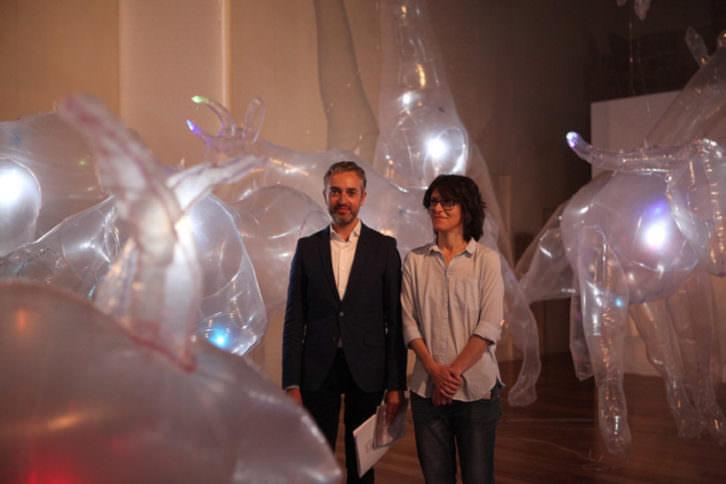 Vista de la exposición Jardín Autómata. En la imagen, José Luis Pérez Pont y Olga Diego. Cortesía del Centre del Carme