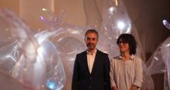 José Luis Pérez Pont, con Olga Diego en la exposición. Imagen cortesía Centro del Carmen.