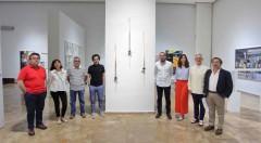 Los miembros del jurado que conforman el V Premio Adquisición Fundación Cañada Blanch, junto a la obra ganadora, 'Trío de gotas de luz', de José Antonio Orts. Fotografía cortesía de la Fundación Cañada Blanch.