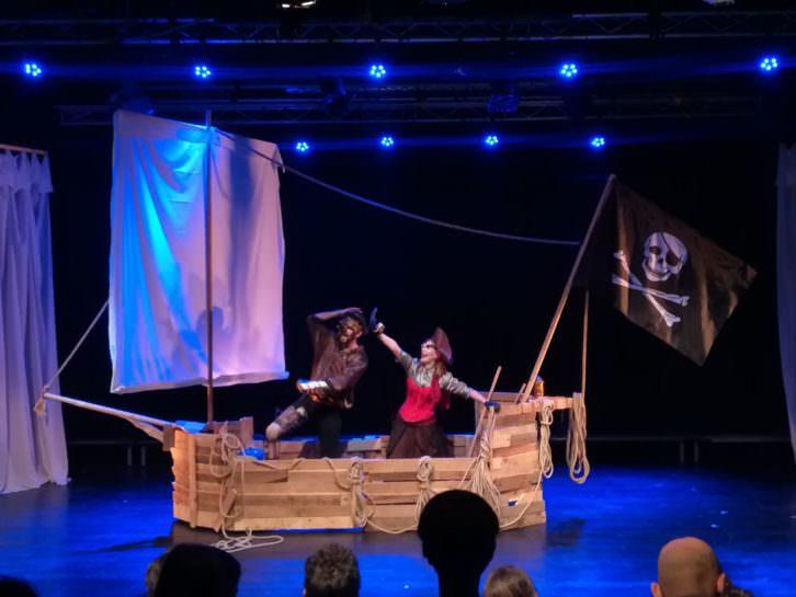 La Capitana Jade y Otis montados en el barco. Imagen cortesía de Violeta Moreno.