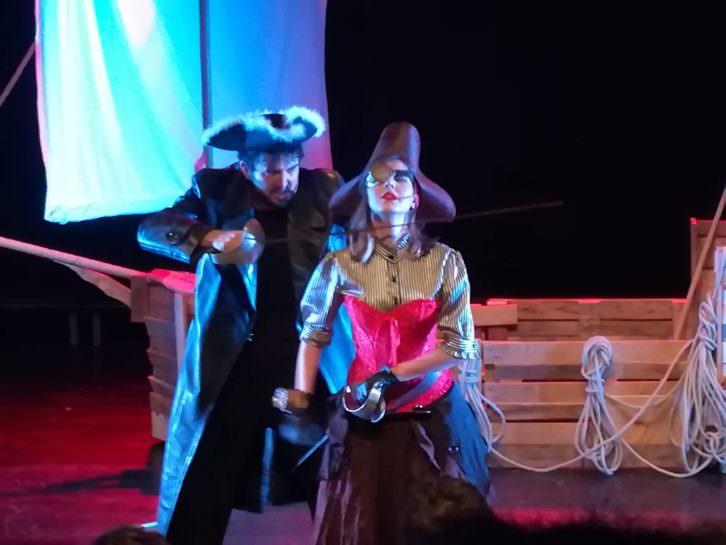 La Capitana Jade y Barbanegra enfrentándose. Imagen cortesía de Violeta Moreno.
