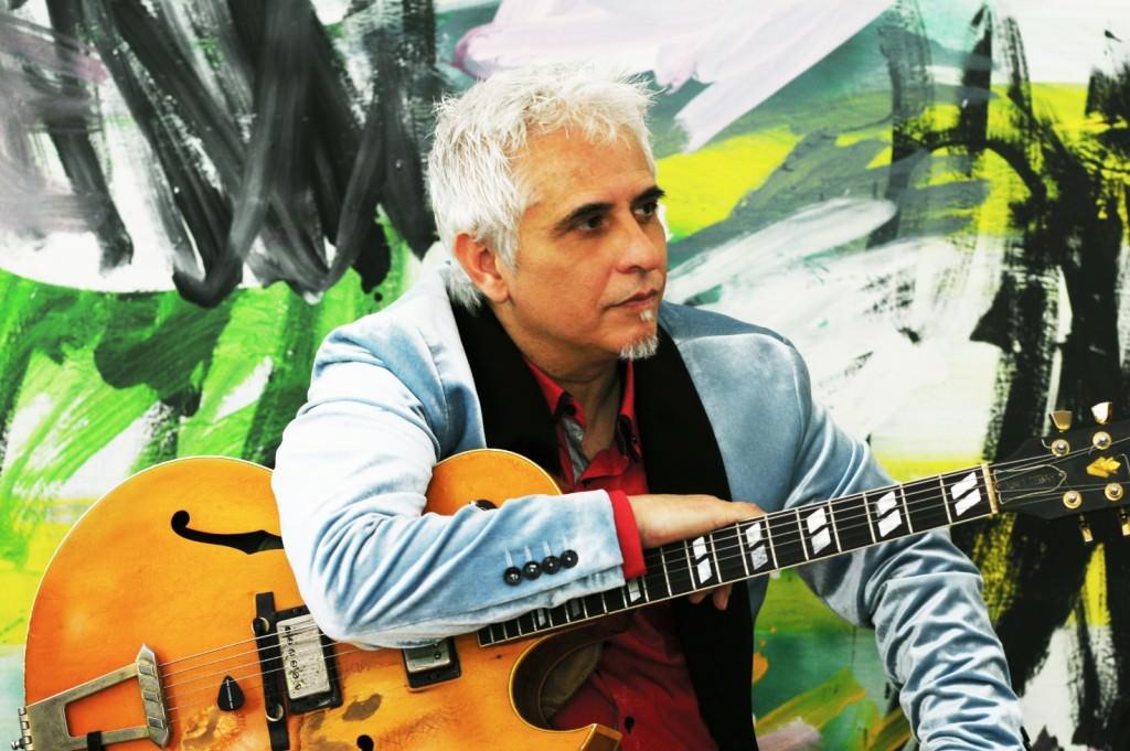 El guitarrista Ximo Tebar con la obra de Rebeca Plana al fondo. Imagen cortesía del Palau.