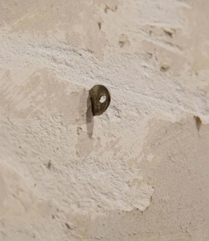 Detalle de uno de los aditamentos expositivos que conforman 'Macla, mamua, bismuto, vicario'. Fotografía cortesía del Museo Oteiza.