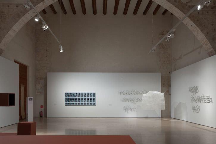 Sala del Refectorio, donde se pueden ver las obras de Mery Sales, Maribel Domènech y Xavier Arenós. Imagen cortesía del Centre del Carme.