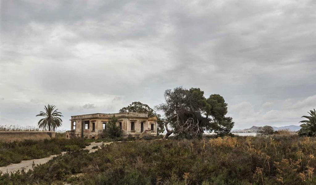 Imagen de la arquitectura deshabitada perteneciente a la serie realizada en el Mar Menor, incluida en la exposición 'Huellas/Traces', de Pilar Pequeño. Fotografía cortesía de la artista.
