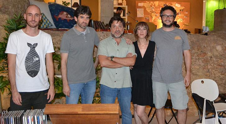 Juanjo Moscardó, primero por la dcha, junto al director del Audiovisual, José Luis Moreno (segundo por la izda) y miembros del equipo de la película. Imagen cortesía del IVC.