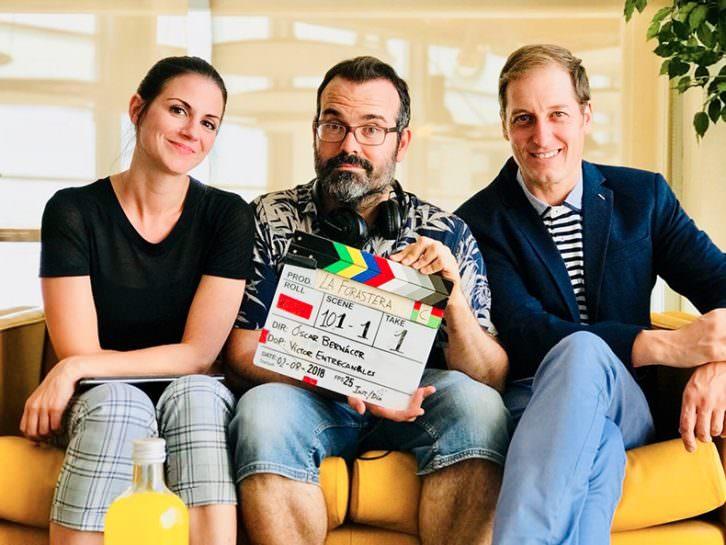 Óscar Bernácer, en el centro, director de La forastera. Imagen cortesía del autor.