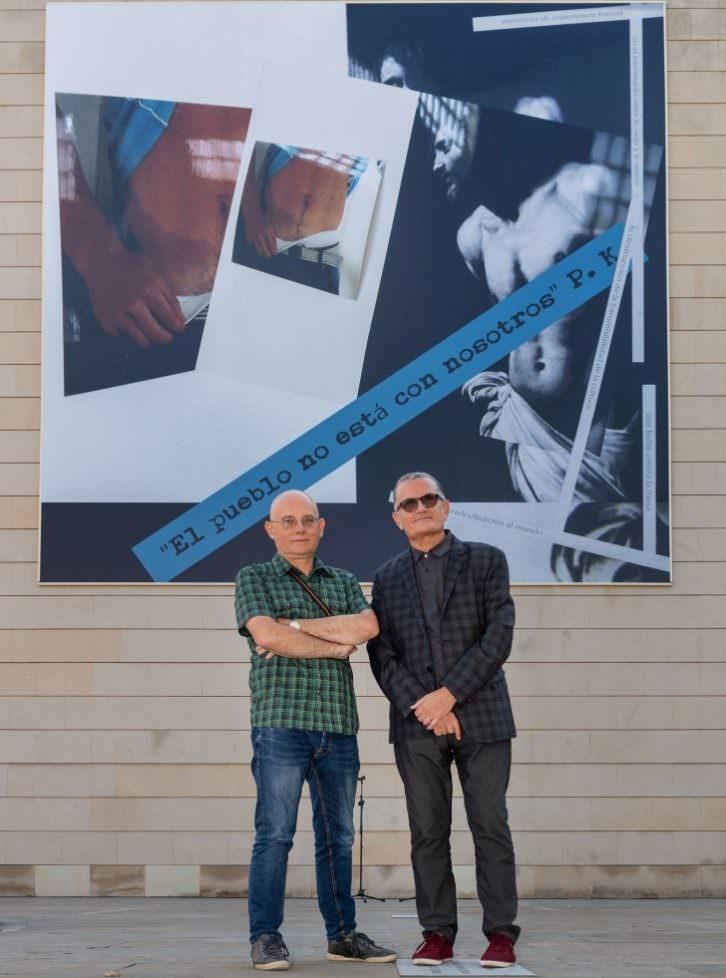 Txomin Badiola (izda) y José Miguel Cortés, posando delante de la intervención del artista vasco en la fachada del museo valenciano. Imagen cortesía del IVAM.