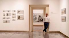 El artista Calo Carratalá posa a algunas de las obras que forman parte de la exposición 'De Viajes (2008-2018)'. Fotografía: Salva Álvaro Nebot.