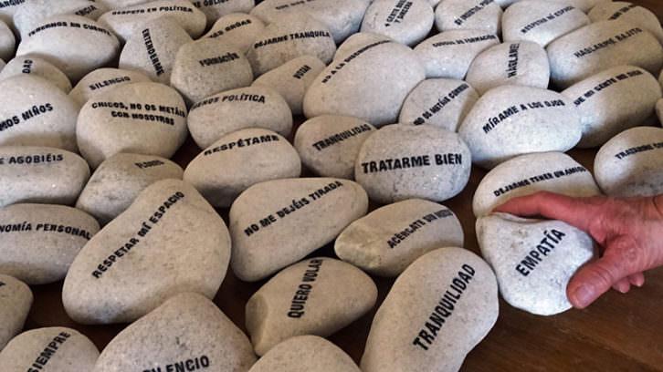 Instalación 'Esto no es una piedra' en el Centre del Carme. Imagen cortesía del Consorci de Museus.