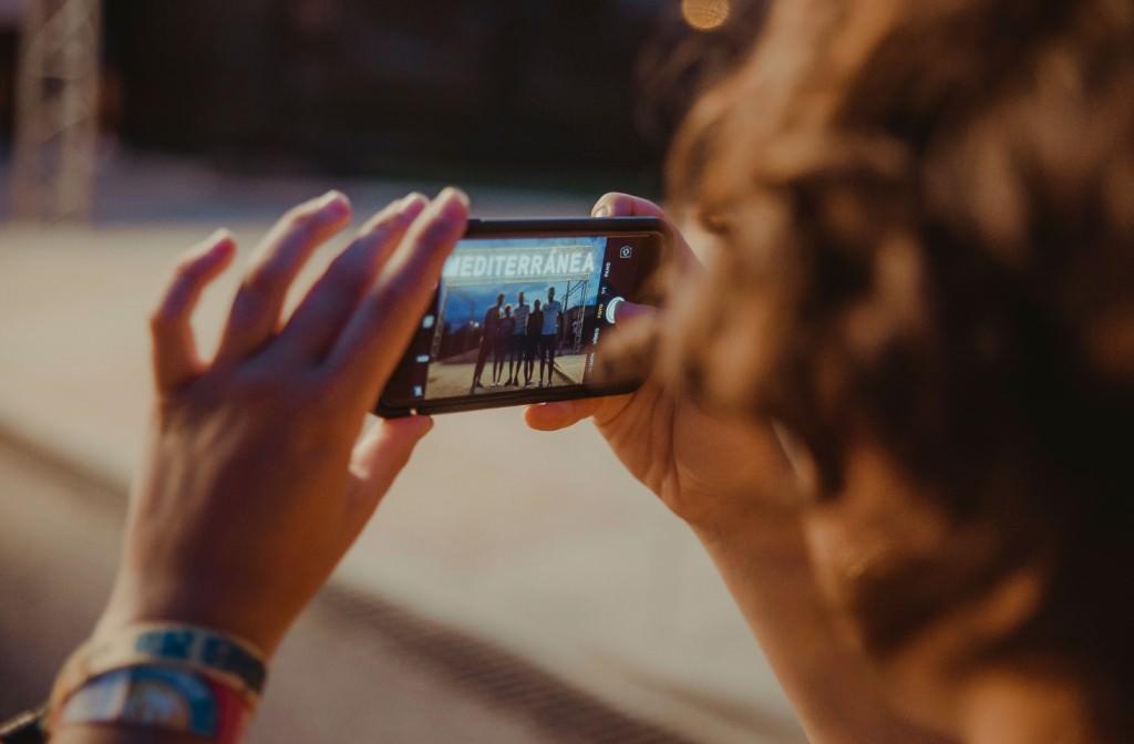 Un joven toma una fotografía durante los días de festival. Imagen cortesía de Mediterránea Festival.