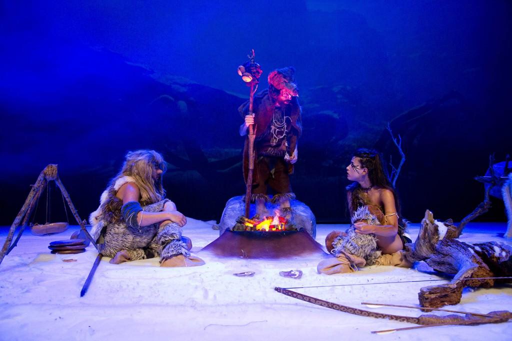 Un instante de la escenificación de la obra 'La caverna del fuego', de Dinamo Producció Teatral. Fotografía cortesía de Sala Russafa.