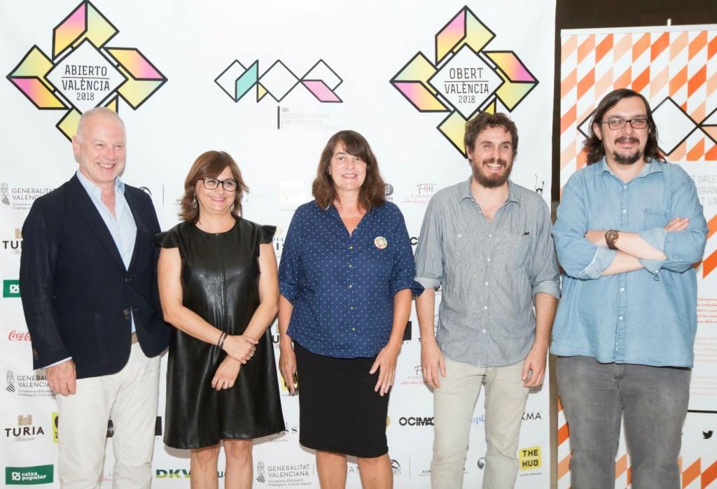 Fermín Jiménez Landa (segundo por la derecha), sonriente tras ser premiado en Abierto Valencia. Imagen cortesía de LaVAC.