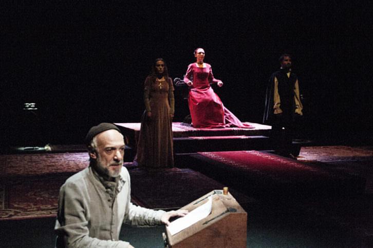 Un instante de la representación de 'Matar al Rey', de de la formación valenciana Arden Producciones. Fotografía cortesía de Sala Russafa.