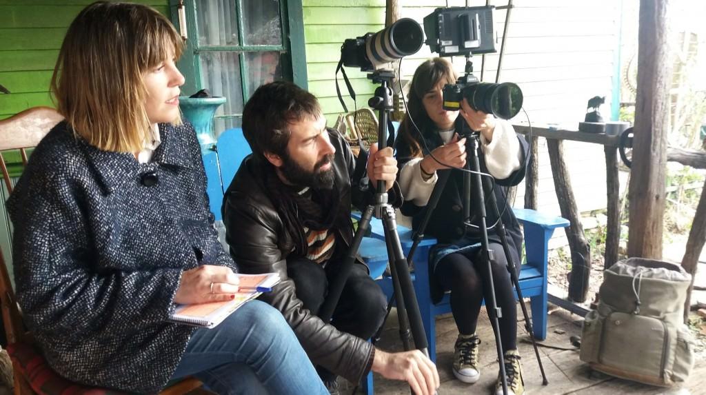 De izda a dcha, Ana Ramón Rubio, Carlos López y Celia Riera en un momento del rodaje. Imagen cortesía de la producción.