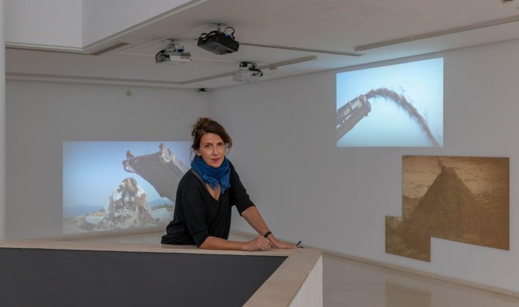 Anna Malagrida, delante de su obra. Imagen cortesía del IVAM
