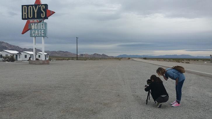 Celia Riera y Ana Ramón Rubio (de pie) en un momento del rodaje. Imagen cortesía de sus responsables.