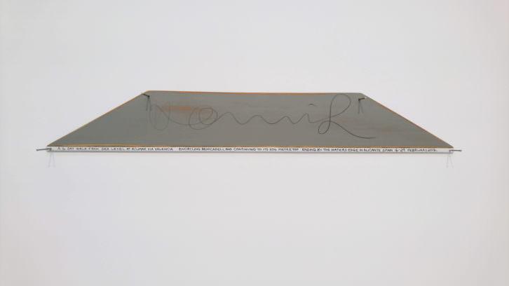 Bordeando Benicadell. Texto de caminata sobre madera. 2 piezas. 8 x 55 x 0.3 cm. Cortesía Hamish Fulton - espaivisor