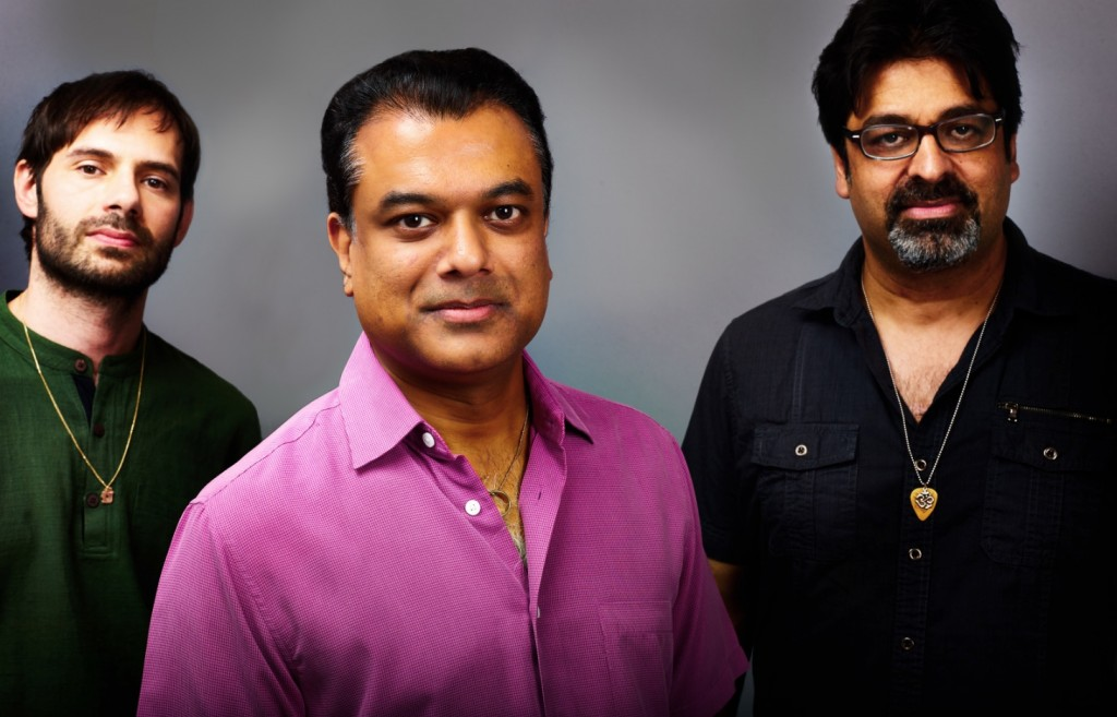 Rudesh Mahanthappa, en el centro. Imagen cortesía de Jimmy Glass