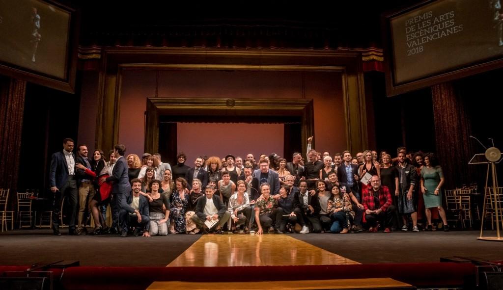 Foto de los galardonados en los Premis de les Arts Escèniques Valencianes. Imagen cortesía de la Generalitat Valenciana.