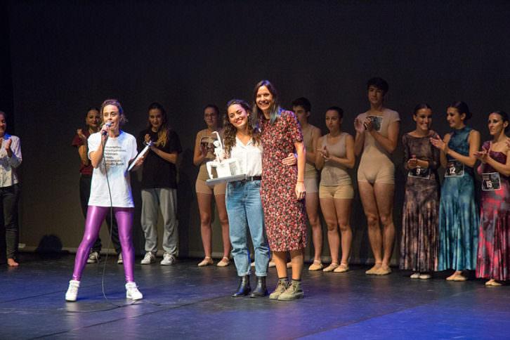 Entrega del Premio Velarte al talento a Giorgina Gasparetto. Imagen cortesía de Circuito Bucles Danza.