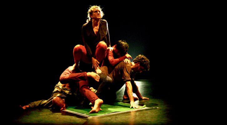 Bailarines del grupo de danza 33 Volts representando Metro cuadrado. Fotografía de Alain Dacheux.