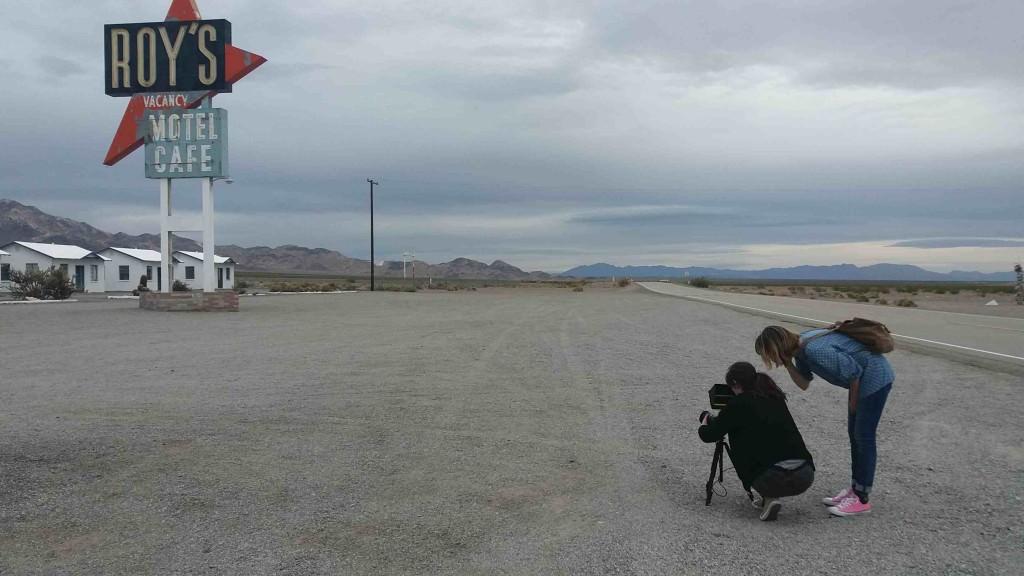 Celia Riera y Ana Ramón Rubio en el rodaje de 'Almost Ghosts'.