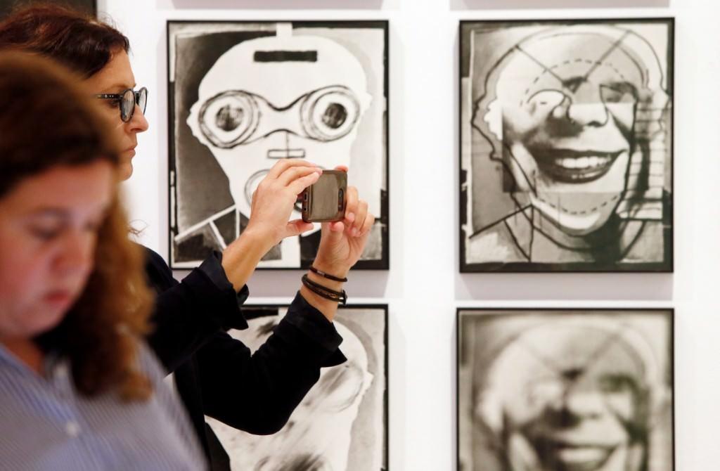 Espectadores ante algunas de las obras de Luis Gordillo. Imagen cortesía del MACA.