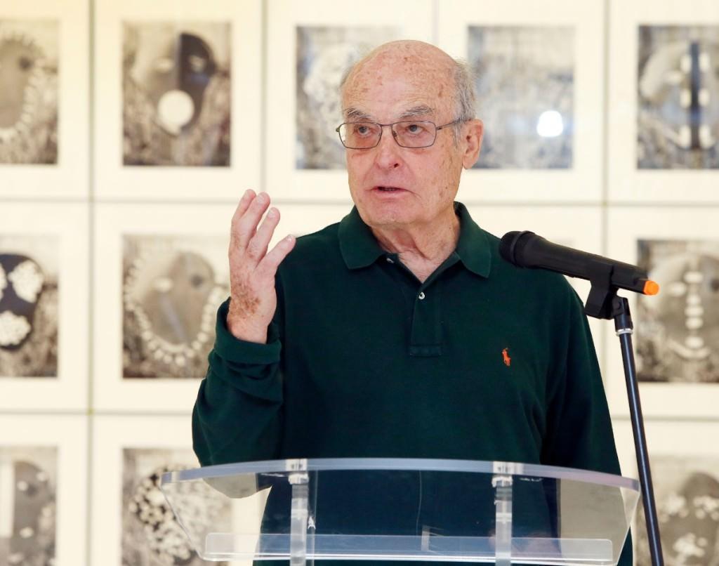 Luis Gordillo durante la presentación de su exposición. Imagen cortesía del MACA.