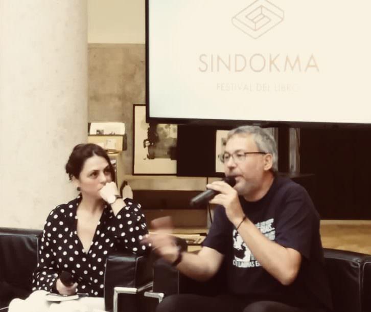 Dioni Arroyo, durante la presentación de su libro, y Begoña Siles. Festival Sindokma.