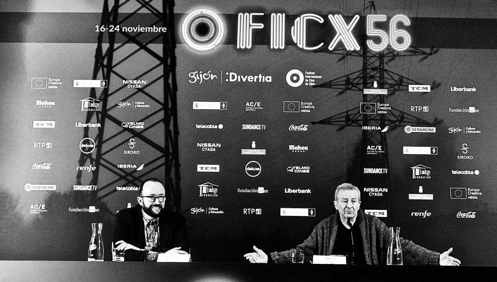 El director el FICX, Alejandro Díaz Castaño, y Juan Diego, durante el encuentro con prensa y público, con motivo del Premio Nacho Martínez 2018. Fotografía: Merche Medina.