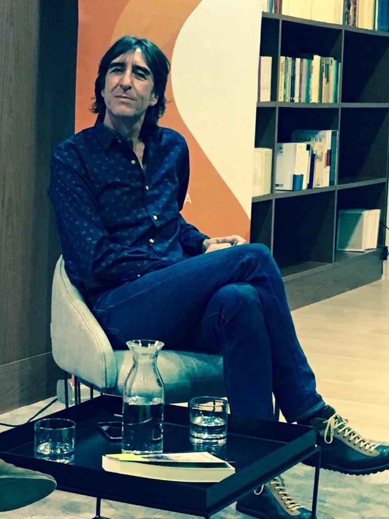 El escritor Benjamín Prado, durante un instante del encuentro organizado por Casa del Mediterráneo y Fundación Cañada Blanch. Fotografía: Merche Medina.