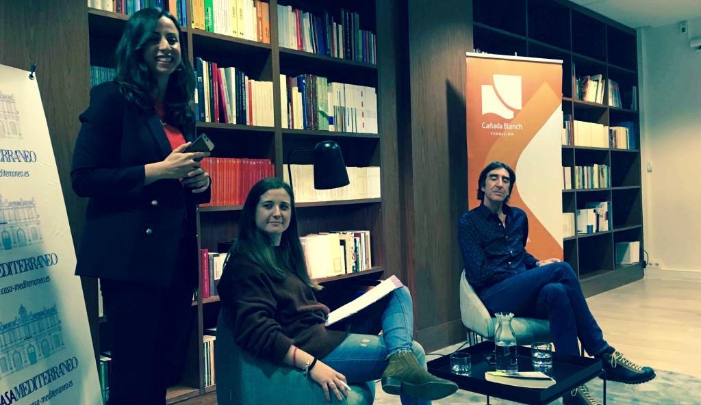 Paula Sánchez (directora de la Fundación Cañada Blanch), Marina Vicente (Casa Mediterráneo) y el autor Benjamín Prado, durante un instante del segundo encuentro #LetrasdelMediterráneo. Fotografía: Merche Medina.