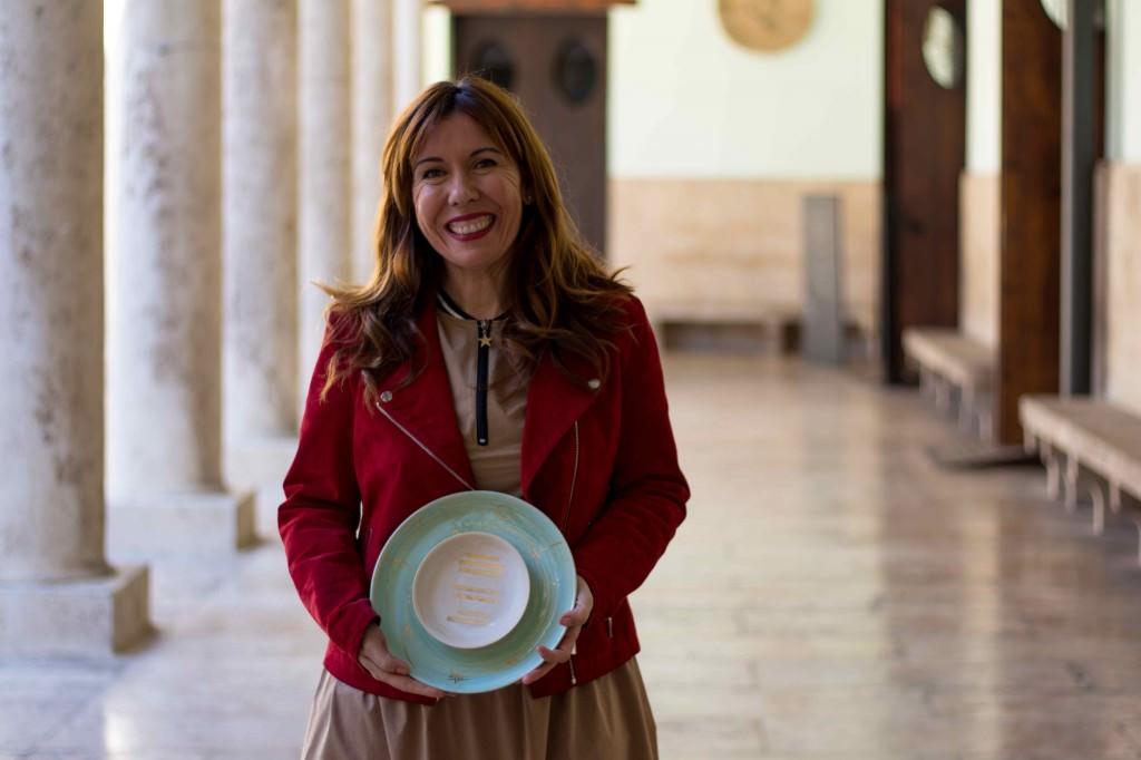 La ceramista valenciana Ana Illueca posa con uno de los premios a Mejor Mediometraje de Sección Oficial y Amalgama. Fotografía cortesía del festival.