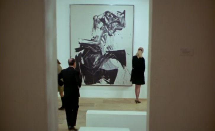 Fotograma de 'Peppermint Frappé', de Carlos Saura, con la obra 'Brigitte Bardot', de Antonio Saura, al fondo.