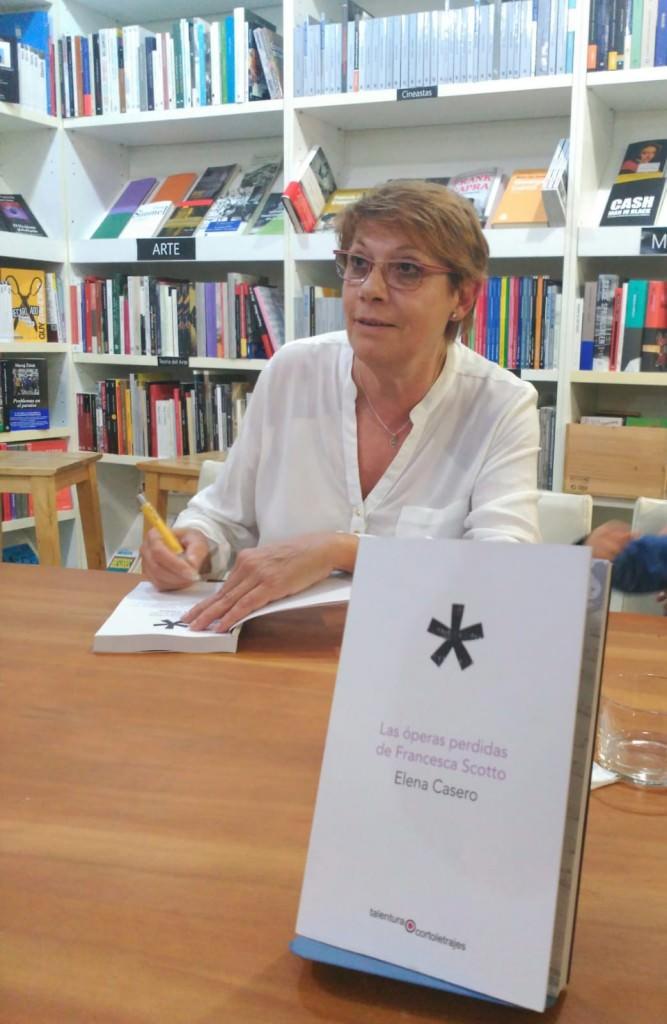 Elena Casero durante la presentación de su libro. Imagen cortesía del autor.