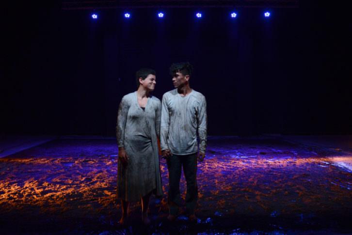 Fotografía de Edward Quintana y Gracia Sánchez tras finalizar 'Aquí Gritarán los Muertos'. Cortesía de la compañía Migro Danza