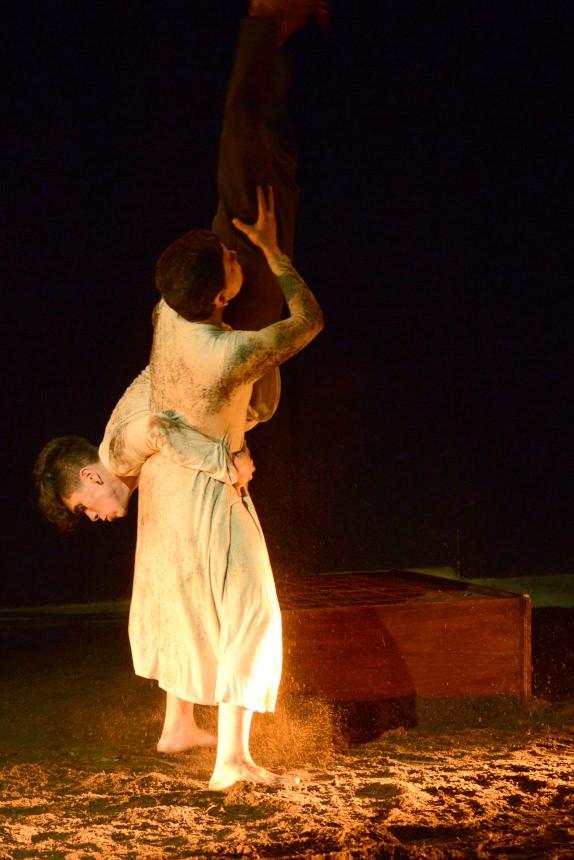 Fotografía de la obra 'Aquí Gritarán los Muertos'. Cortesía de la compañía Migro Danza.