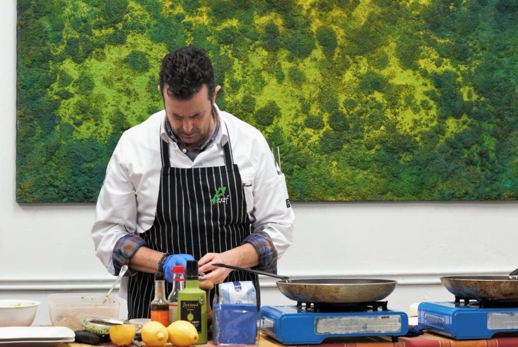 El chef Txetxu González, en el show cooking organizado durante la presentación del libro 'Odds' de Iñaki Torres. Fotografía: Néstor Navarro.