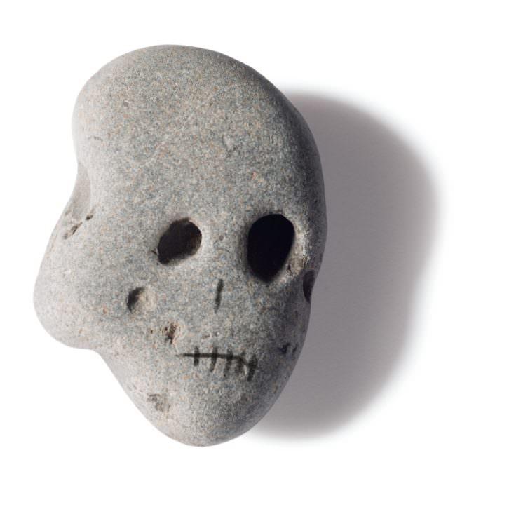 Piedra calaverina del libro 'Mercurio entre los dedos', de Sebastián Nicolau. Imagen cortesía del autor.