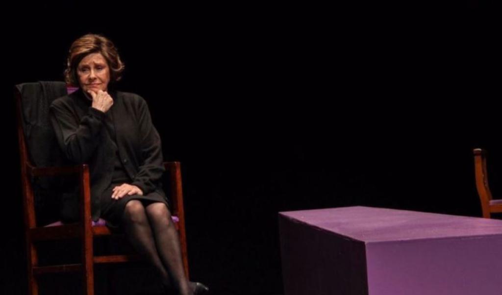 Lola Herrera, como Carmen Sotillo, durante un instante de la representación de 'Cinco horas con Mario'. Fotografía cortesía del Teatro Olympia de València.