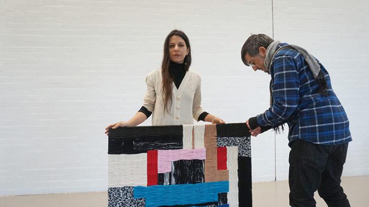 Azucena González junto a una de sus obras. Imagen cortesía de ART Mustang.