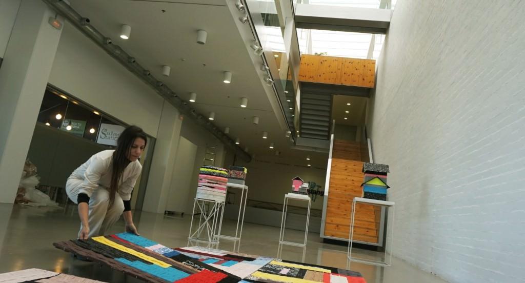 Azucena González en pleno montaje de la exposición. Imagen cortesía de ART Mustang.
