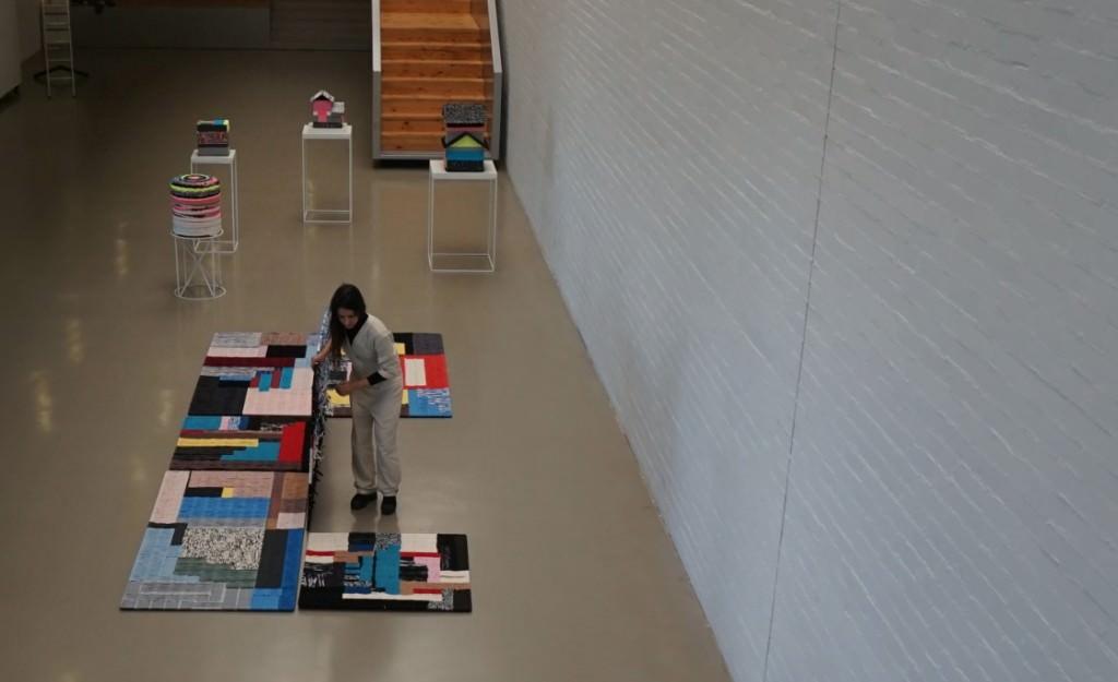 Azucena González durante el montaje expositivo. Imagen cortesía de ART Mustang.