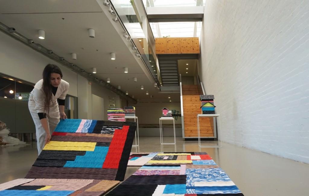 Azucena González en el montaje de la exposición. Imagen cortesía de ART Mustang.